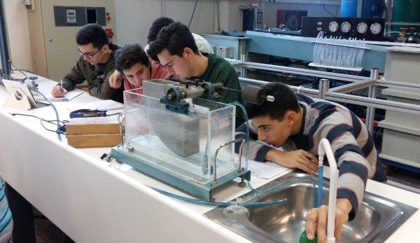 Alumnos del Grado IGE de EDEM trabajan en un laboratorio de la UPV
